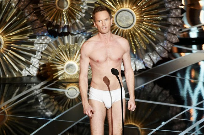 A Seasoned Host Barely Skips By in His Skivvies – Red Carpet Manners Oscars 2015